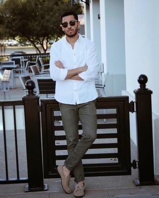 Weißes Langarmhemd kombinieren – 500+ Herren Outfits: Tragen Sie ein weißes Langarmhemd und eine olivgrüne Chinohose für ein sonntägliches Mittagessen mit Freunden. Machen Sie Ihr Outfit mit beige Wildleder Slippern mit Quasten eleganter.