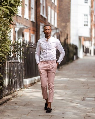 Dunkelbraune Wildleder Slipper mit Quasten kombinieren – 500+ Herren Outfits: Vereinigen Sie ein weißes vertikal gestreiftes Langarmhemd mit einer rosa Chinohose für ein großartiges Wochenend-Outfit. Fühlen Sie sich ideenreich? Vervollständigen Sie Ihr Outfit mit dunkelbraunen Wildleder Slippern mit Quasten.