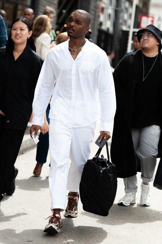 Wie kombinieren: weißes Langarmhemd, weiße Chinohose, hellbeige Sportschuhe, schwarze Leder Reisetasche