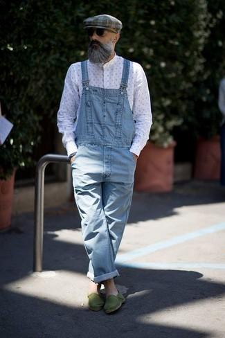 Wie kombinieren: weißes bedrucktes Langarmhemd, hellblaue Jeans Latzhose, grüne Segeltuch Espadrilles, graue Schiebermütze mit Schottenmuster
