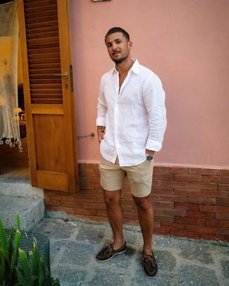 Bootsschuhe kombinieren: Tragen Sie ein weißes Leinen Langarmhemd und beige Shorts für ein sonntägliches Mittagessen mit Freunden. Dieses Outfit passt hervorragend zusammen mit Bootsschuhen.
