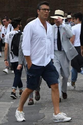 Transparente Sonnenbrille kombinieren – 500+ Herren Outfits: Vereinigen Sie ein weißes Langarmhemd mit einer transparenten Sonnenbrille für einen entspannten Wochenend-Look. Weiße Sportschuhe sind eine perfekte Wahl, um dieses Outfit zu vervollständigen.