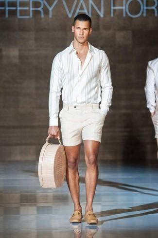 Wie kombinieren: weißes vertikal gestreiftes Langarmhemd, hellbeige Shorts, beige Leder Slipper, hellbeige Shopper Tasche aus Leder