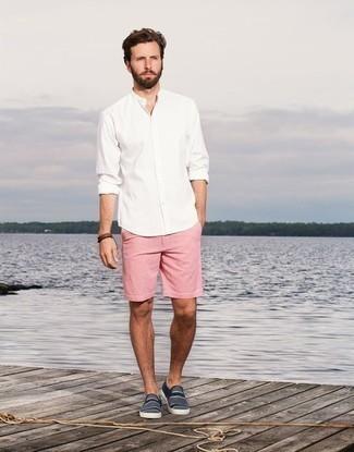 Braunes Lederarmband kombinieren: trends 2020: Tragen Sie ein weißes Langarmhemd und ein braunes Lederarmband für einen entspannten Wochenend-Look. Fühlen Sie sich ideenreich? Vervollständigen Sie Ihr Outfit mit dunkelblauen und weißen horizontal gestreiften Slip-On Sneakers aus Segeltuch.