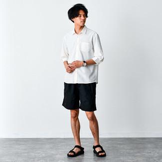Weißes Langarmhemd kombinieren – 500+ Herren Outfits: Entscheiden Sie sich für ein weißes Langarmhemd und schwarzen Shorts, um einen lockeren, aber dennoch stylischen Look zu erhalten. Fühlen Sie sich ideenreich? Komplettieren Sie Ihr Outfit mit schwarzen Segeltuchsandalen.