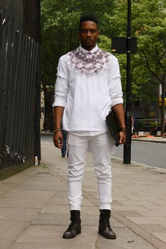 Wie kombinieren: weißes Langarmhemd, weißes und schwarzes bedrucktes T-Shirt mit einem Rundhalsausschnitt, weiße Jeans, schwarze Lederfreizeitstiefel