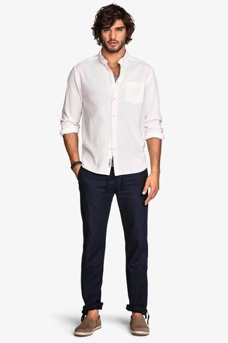 Wie kombinieren: weißes Langarmhemd, graues Trägershirt, dunkelblaue Chinohose, braune Wildleder Espadrilles