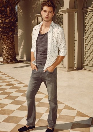 Wie kombinieren: weißes bedrucktes Langarmhemd, graues Trägershirt, graue Jeans, schwarze Wildleder Espadrilles