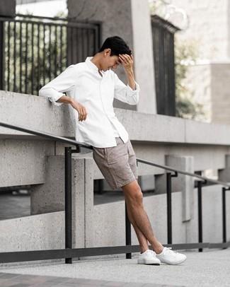 Weißes Trägershirt kombinieren – 500+ Herren Outfits: Für ein bequemes Couch-Outfit, erwägen Sie das Tragen von einem weißen Trägershirt und braunen Leinen Shorts. Fühlen Sie sich ideenreich? Entscheiden Sie sich für weißen Segeltuch niedrige Sneakers.