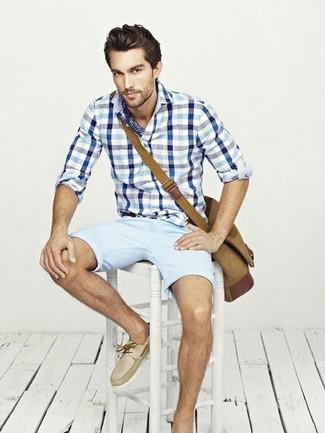 Wie kombinieren: weißes und blaues Langarmhemd mit Vichy-Muster, hellblaue Shorts, hellbeige Leder Bootsschuhe, braune Segeltuch Umhängetasche