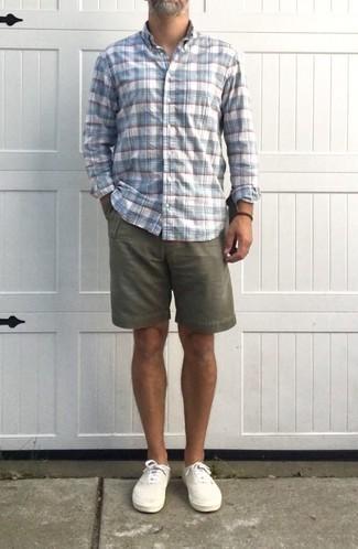 50 Jährige: Outfits Herren 2020: Kombinieren Sie ein weißes und blaues Langarmhemd mit Schottenmuster mit olivgrünen Shorts für ein großartiges Wochenend-Outfit. Dieses Outfit passt hervorragend zusammen mit weißen Segeltuch niedrigen Sneakers.