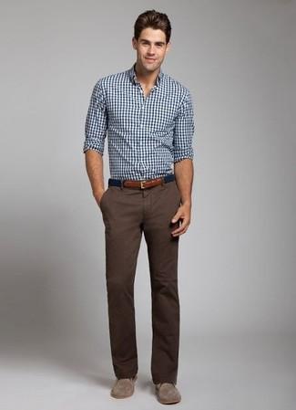 Wie dunkelbraune Chukka-Stiefel aus Wildleder mit brauner Chinohose zu kombinieren: trends 2020: Entscheiden Sie sich für ein weißes und dunkelblaues Langarmhemd mit Vichy-Muster und eine braune Chinohose, um mühelos alles zu meistern, was auch immer der Tag bringen mag. Komplettieren Sie Ihr Outfit mit dunkelbraunen Chukka-Stiefeln aus Wildleder, um Ihr Modebewusstsein zu zeigen.