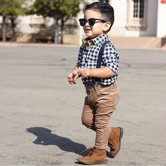 Wie kombinieren: weißes und dunkelblaues Langarmhemd mit Vichy-Muster, braune Jeans, braune Stiefel, beige Fliege