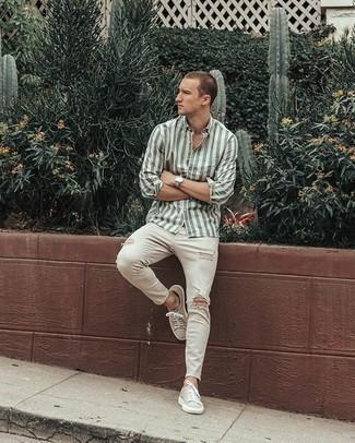 Hellbeige Segeltuch niedrige Sneakers kombinieren – 197 Herren Outfits: Für ein bequemes Couch-Outfit, kombinieren Sie ein weißes und grünes vertikal gestreiftes Langarmhemd mit weißen engen Jeans mit Destroyed-Effekten. Heben Sie dieses Ensemble mit hellbeige Segeltuch niedrigen Sneakers hervor.