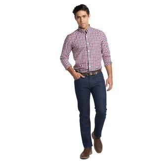 Wie kombinieren: weißes und rotes und dunkelblaues Langarmhemd mit Vichy-Muster, dunkelblaue Jeans, dunkelbraune Chukka-Stiefel aus Leder, dunkelbrauner Ledergürtel