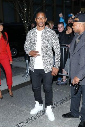 Wie kombinieren: weißes und schwarzes Langarmhemd mit Leopardenmuster, weißes T-Shirt mit einem Rundhalsausschnitt, schwarze Chinohose, weiße hohe Sneakers aus Leder