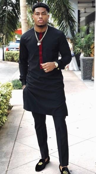 Wie kombinieren: schwarzes Langarmshirt, schwarze Anzughose, schwarze bestickte Wildleder Slipper, goldene Uhr