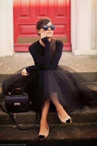 Die Paarung aus einem schwarzen Langarmshirt und einem schwarzen ausgestelltem Rock aus Tüll ist eine komfortable Wahl, um Besorgungen in der Stadt zu erledigen. Machen Sie diese Aufmachung leger mit schwarzen und gelbbraunen Leder Ballerinas.