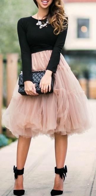 Schwarzes Langarmshirt kombinieren – 184 Damen Outfits: Ein schwarzes Langarmshirt und ein rosa ausgestellter Rock aus Tüll sind Freizeit-Must-Haves, die nicht nur Ihren Look unterstreichen, sondern auch zu Ihrer Freizeit gut passen. Schwarze Wildleder Pumps sind eine kluge Wahl, um dieses Outfit zu vervollständigen.