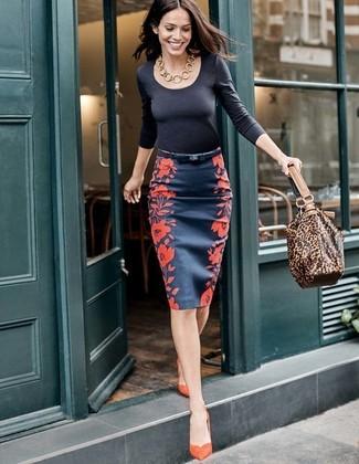 Wie kombinieren: schwarzes Langarmshirt, dunkelblauer Bleistiftrock mit Blumenmuster, orange Wildleder Pumps, braune Shopper Tasche aus Leder mit Leopardenmuster