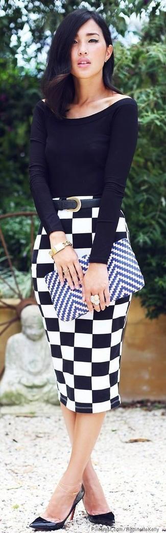 Diese Kombination aus einem Schwarzen Langarmshirt und einem Weißen und schwarzen Bleistiftrock mit Karomuster fällt genau aus den richtigen Gründen auf. Vervollständigen Sie Ihr Look mit Schwarzen Leder Pumps.