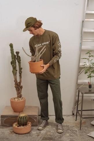 Herren Outfits 2020: Tragen Sie ein braunes bedrucktes Langarmshirt und eine olivgrüne Chinohose, um mühelos alles zu meistern, was auch immer der Tag bringen mag. Wenn Sie nicht durch und durch formal auftreten möchten, vervollständigen Sie Ihr Outfit mit braunen hohen Sneakers aus Segeltuch.