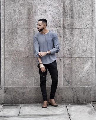 Schwarze Chinohose kombinieren: trends 2020: Entscheiden Sie sich für ein hellblaues Langarmshirt und eine schwarze Chinohose, um mühelos alles zu meistern, was auch immer der Tag bringen mag. Beige Chelsea Boots aus Leder bringen Eleganz zu einem ansonsten schlichten Look.