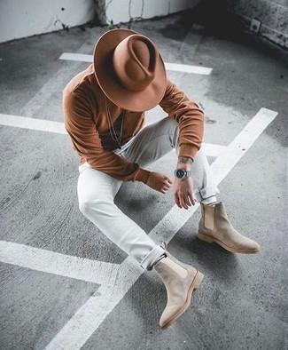 Herren Outfits 2021: Kombinieren Sie ein braunes Langarmshirt mit einer weißen Chinohose für ein Alltagsoutfit, das Charakter und Persönlichkeit ausstrahlt. Putzen Sie Ihr Outfit mit hellbeige Chelsea Boots aus Wildleder.