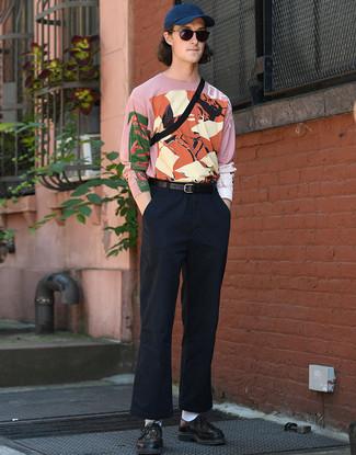 Wie kombinieren: rosa bedrucktes Langarmshirt, dunkelblaue Chinohose, schwarze geflochtene Leder Derby Schuhe, schwarze Bauchtasche