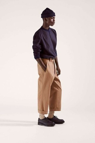 Teenager: Smart-Casual Outfits Herren 2021: Kombinieren Sie ein dunkelblaues Langarmshirt mit einer beige Chinohose, um mühelos alles zu meistern, was auch immer der Tag bringen mag. Fühlen Sie sich ideenreich? Ergänzen Sie Ihr Outfit mit dunkelbraunen Leder Derby Schuhen.