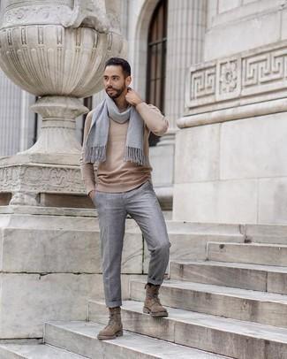 Grauen Schal kombinieren: trends 2020: Vereinigen Sie ein hellbeige Langarmshirt mit einem grauen Schal für einen entspannten Wochenend-Look. Fühlen Sie sich mutig? Wählen Sie eine braune Wildlederfreizeitstiefel.