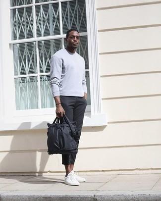 Schwarze Nylon Aktentasche kombinieren – 3 Herren Outfits: Tragen Sie ein graues Langarmshirt und eine schwarze Nylon Aktentasche für einen entspannten Wochenend-Look. Schalten Sie Ihren Kleidungsbestienmodus an und machen weißen Segeltuch niedrige Sneakers zu Ihrer Schuhwerkwahl.