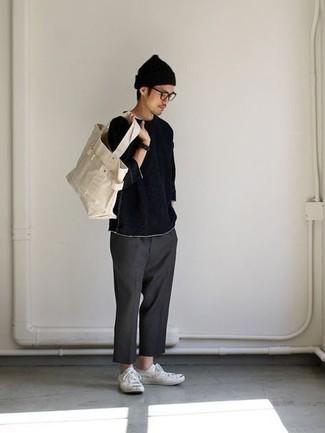 Dunkelgraue Chinohose kombinieren – 1200+ Herren Outfits: Entscheiden Sie sich für ein dunkelblaues Langarmshirt und eine dunkelgraue Chinohose für ein bequemes Outfit, das außerdem gut zusammen passt. Komplettieren Sie Ihr Outfit mit weißen Segeltuch niedrigen Sneakers.