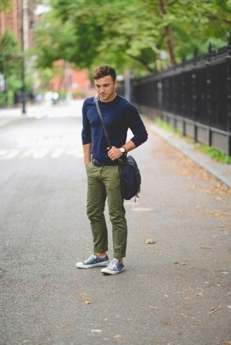 Die Vielseitigkeit von einem dunkelblauen Langarmshirt und einer olivgrünen Chinohose machen sie zu einer lohnenswerten Investition. Vervollständigen Sie Ihr Look mit dunkelblauen und weißen niedrigen sneakers.
