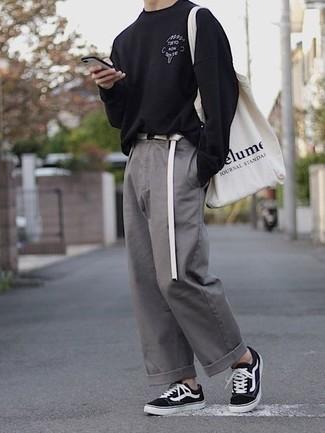 Graue Chinohose kombinieren – 500+ Herren Outfits: Vereinigen Sie ein schwarzes bedrucktes Langarmshirt mit einer grauen Chinohose für ein großartiges Wochenend-Outfit. Vervollständigen Sie Ihr Look mit schwarzen und weißen Segeltuch niedrigen Sneakers.