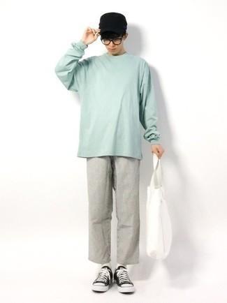 Teenager: Transparente Sonnenbrille kombinieren – 155 Herren Outfits: Für ein bequemes Couch-Outfit, kombinieren Sie ein mintgrünes Langarmshirt mit einer transparenten Sonnenbrille. Entscheiden Sie sich für schwarzen und weißen Segeltuch niedrige Sneakers, um Ihr Modebewusstsein zu zeigen.