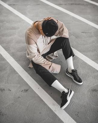 Transparente Sonnenbrille kombinieren – 500+ Herren Outfits: Ein hellbeige Langarmshirt und eine transparente Sonnenbrille sind eine perfekte Wochenend-Kombination. Fühlen Sie sich mutig? Vervollständigen Sie Ihr Outfit mit schwarzen und weißen Wildleder niedrigen Sneakers.