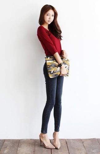 ea3c95d2e714 Wie kombinieren  dunkelrotes Langarmshirt, dunkelgraue enge Jeans,  hellbeige Leder Pumps, olivgrüne Camouflage