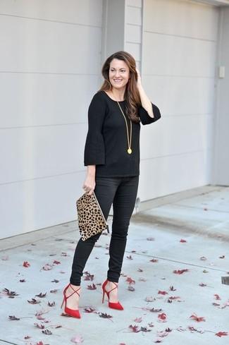 Wie kombinieren: schwarzes Langarmshirt mit Rüschen, schwarze enge Hose, rote Wildleder Pumps, beige Wildleder Clutch mit Leopardenmuster