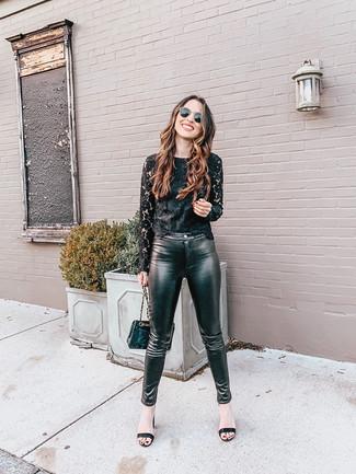 20 Jährige: Schwarze enge Hose aus Leder kombinieren: trends 2020: Um ein entspanntes Outfit zu erhalten, sind ein schwarzes Spitze Langarmshirt und eine schwarze enge Hose aus Leder ganz gut geeignet. Schwarze Leder Sandaletten sind eine kluge Wahl, um dieses Outfit zu vervollständigen.