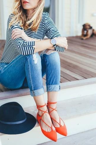 Wie kombinieren: weißes und dunkelblaues horizontal gestreiftes Langarmshirt, blaue enge Jeans mit Destroyed-Effekten, orange Leder Ballerinas, dunkelblauer Wollhut