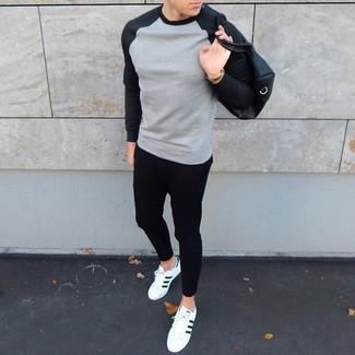 Weiße und schwarze niedrige Sneakers für Herren kombinieren