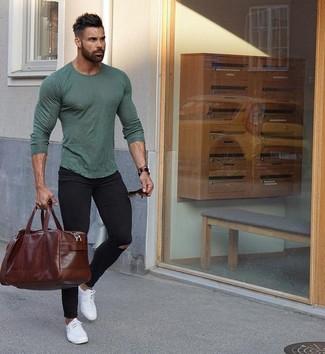 Wie kombinieren: olivgrünes Langarmshirt, schwarze enge Jeans mit Destroyed-Effekten, weiße Leder niedrige Sneakers, dunkelbraune Leder Reisetasche