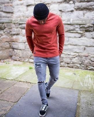 Graue enge Jeans mit Destroyed-Effekten kombinieren – 88 Herren Outfits: Für ein bequemes Couch-Outfit, tragen Sie ein rotes Langarmshirt und grauen enge Jeans mit Destroyed-Effekten. Fühlen Sie sich ideenreich? Vervollständigen Sie Ihr Outfit mit schwarzen und weißen Segeltuch niedrigen Sneakers.