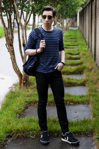 Wie kombinieren: blaues horizontal gestreiftes Langarmshirt, schwarze enge Jeans, schwarze und weiße niedrige Sneakers mit Sternenmuster, dunkelblauer Segeltuch Rucksack