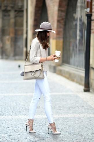 Wie kombinieren: hellbeige Langarmshirt, weiße enge Jeans, hellbeige Wildleder Pumps, hellbeige Satchel-Tasche aus Leder