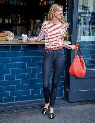 Wie kombinieren: weißes und rotes horizontal gestreiftes Langarmshirt, dunkelblaue enge Jeans, schwarze bestickte Wildleder Slipper, rote Shopper Tasche aus Leder