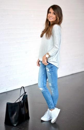 Weiße Sportschuhe kombinieren – 122 Damen Outfits: Mit dieser Kombination aus einem grauen Langarmshirt und blauen engen Jeans mit Destroyed-Effekten sind modische Frauen sehr gut angezogen. Warum kombinieren Sie Ihr Outfit für einen legereren Auftritt nicht mal mit weißen Sportschuhen?