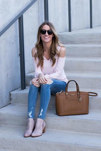 Wie kombinieren: rosa Langarmshirt, blaue enge Jeans mit Destroyed-Effekten, rosa Leder Stiefeletten, braune Shopper Tasche aus Leder