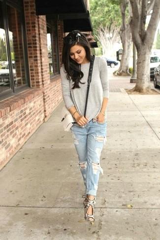 Wie kombinieren: graues Langarmshirt, hellblaue Boyfriend Jeans mit Destroyed-Effekten, graue Leder Sandaletten mit Schlangenmuster, weiße Leder Umhängetasche